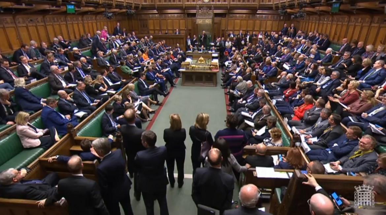 La seduta di ieri del parlamento inglese; in basso John Bercow