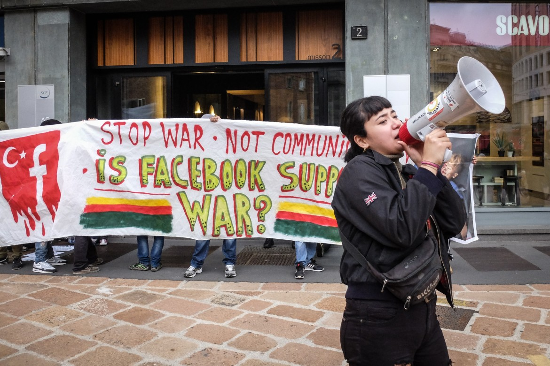 Protesta contro la chiusura delle pagine Facebook favorevoli ai curdi alla sede dell'azienda di piazza Missouri a Milano