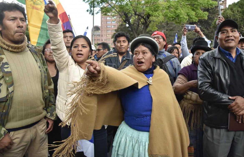 Attiviste indigene pro-Morales ieri a La Paz