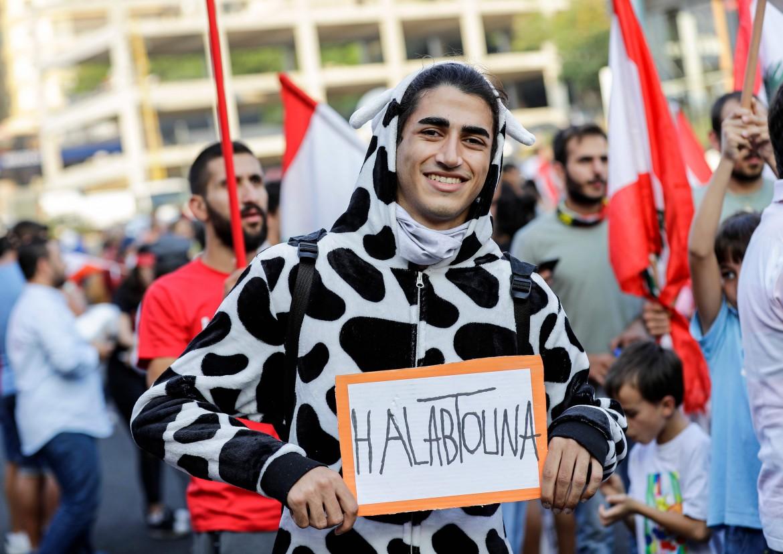 «Ci avete munto», il messaggio di un manifestante libanese a Zouk Mosbeh, a nord di Beirut, alla classe politica libanese