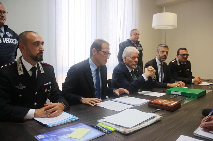 La conferenza stampa degli inquirenti sul caso del suicida di Cosenza