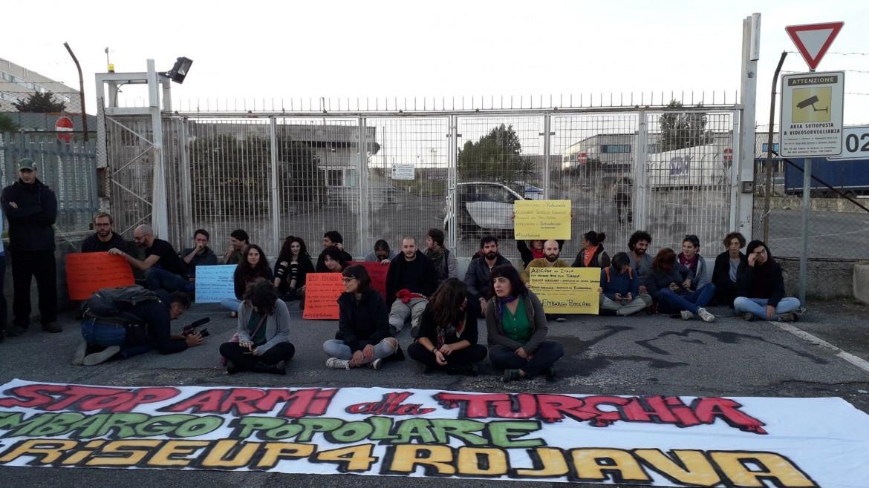 L'azione di RiseUp4Rojava a Roma