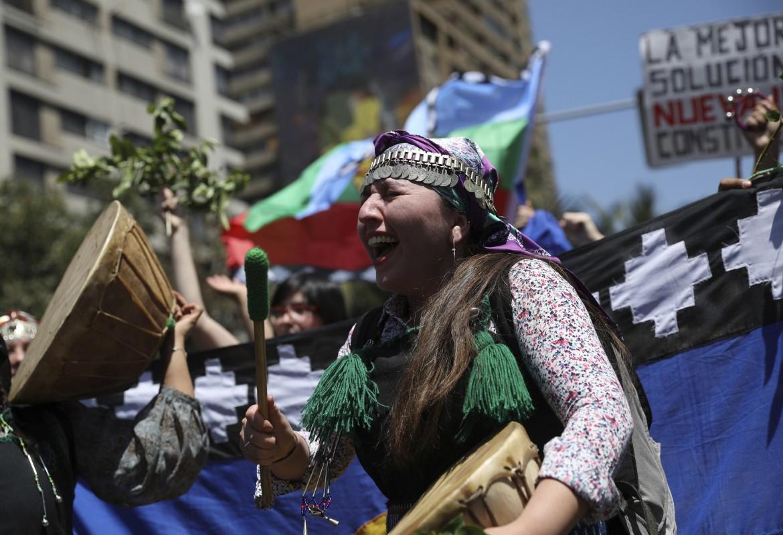 La partecipazione degli indios Mapuche alle proteste antigovernative proseguite ieri nelle strade di Santiago