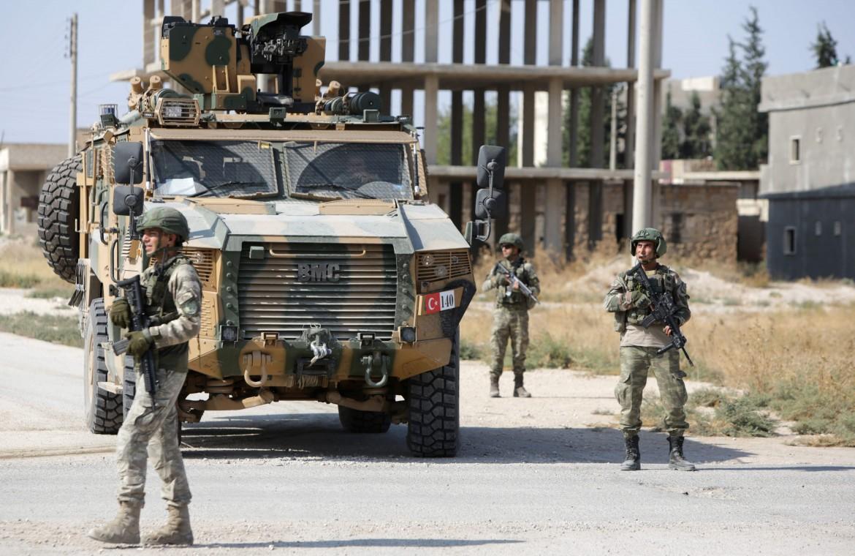 Soldati turchi dispiegati nella città curdo-siriana di Tal Abyad, da martedì consegnata dalla Russia al controllo di Ankara