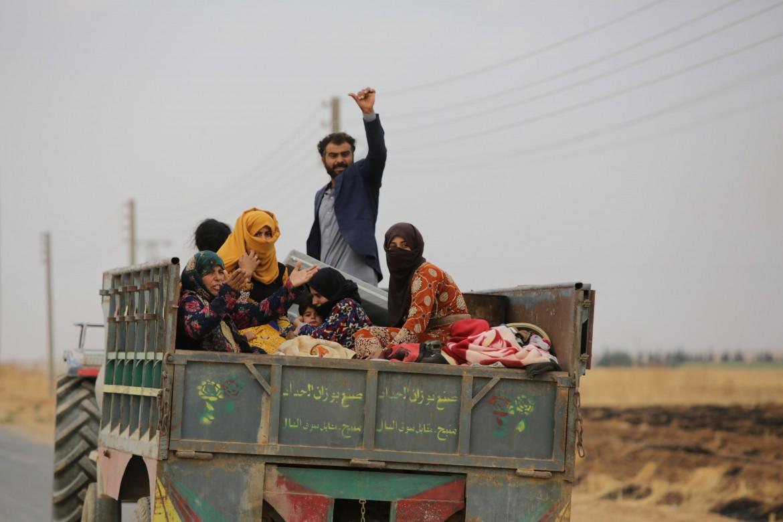Una famiglia scappa dalle campagne di Tal Abyad, in mano alla Turchia