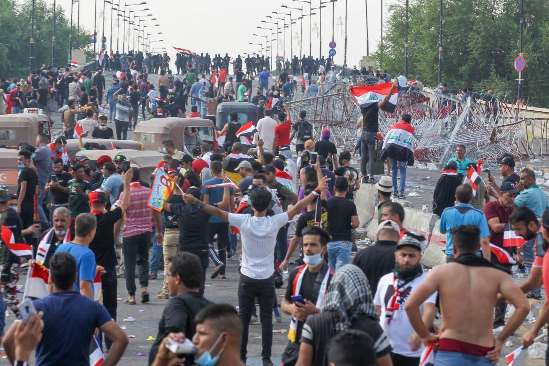 Manifestanti in marcia ieri nel centro di Baghdad