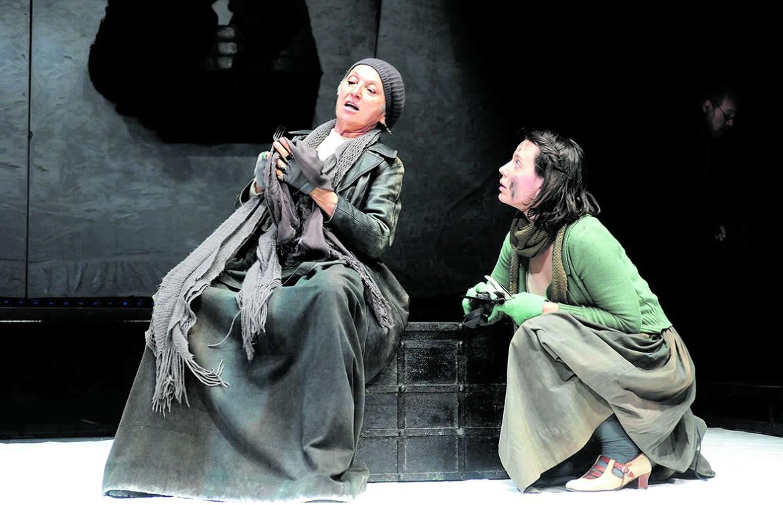 Maria Paiato e Ludovica D'Aria in «Madre Coraggio»