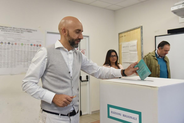 Bianconi, il candidato presidente di Pd e M5S in Umbria, mentre vota domenica scorsa