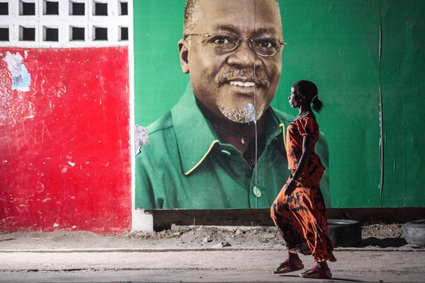 Poster elettorale di John Magufuli in una strada di Dar-es-Salam