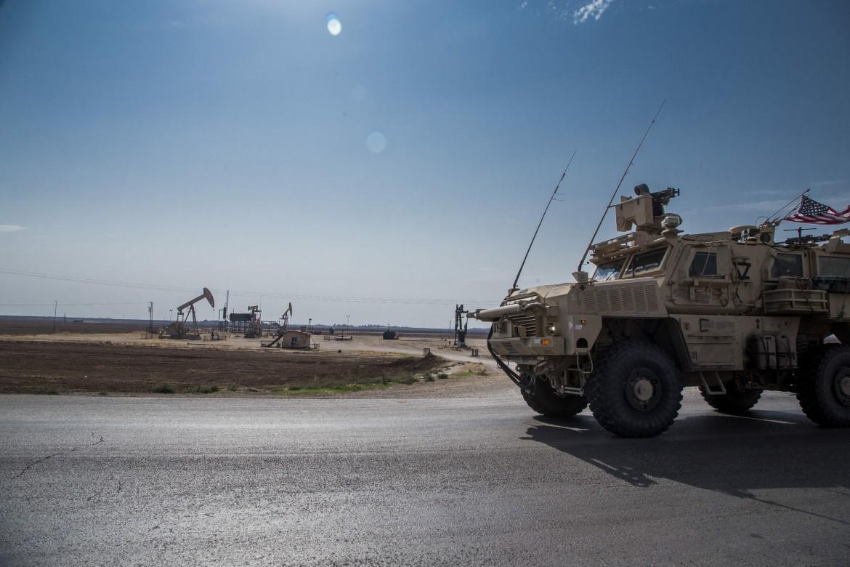 Lunedì 28 ottobre, un mezzo militare statunitense pattuglia la zona circostante a un campo di estrazione del petrolio nel nord della Siria