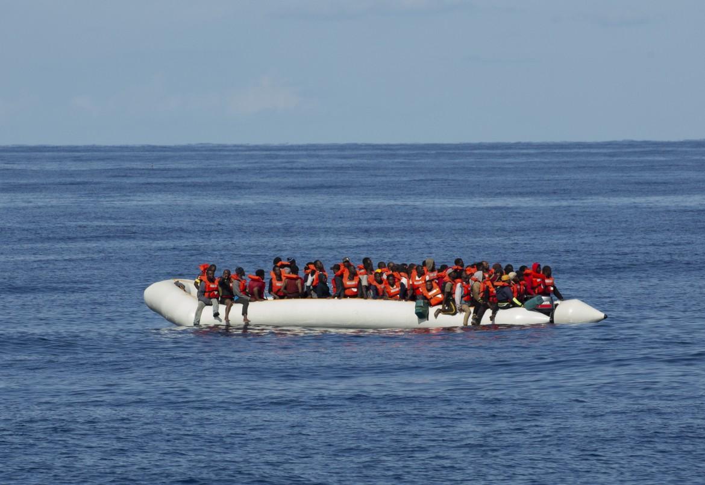 26 ottobre 2019, un barcone alla deriva al largo della Libia