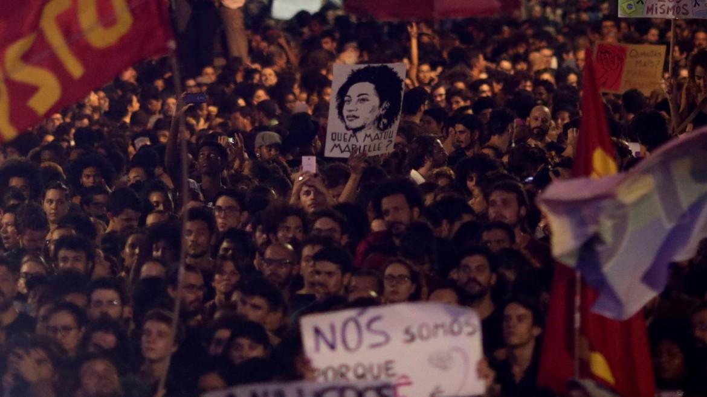 Un dettaglio del grande corteo che ha attraversato Rio de Janeiro dopo l'assassinio di Marielle Franco