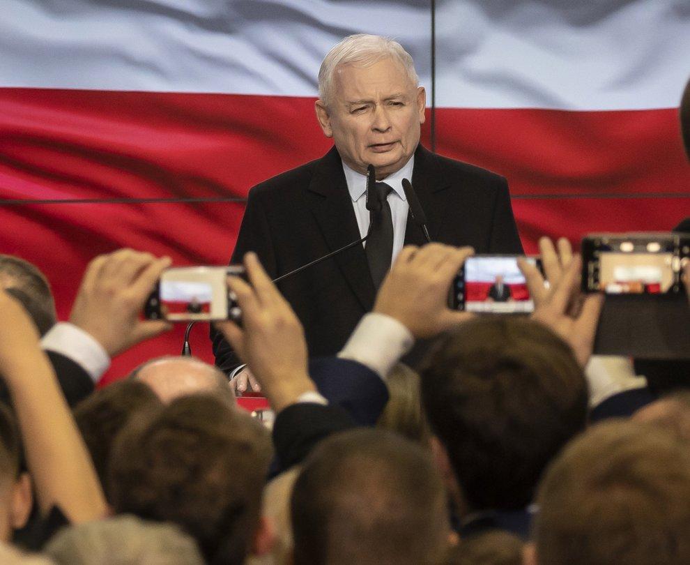 Jarosław Kaczynski, in basso il leader della coalizione di centrosinistra Robert Biedron