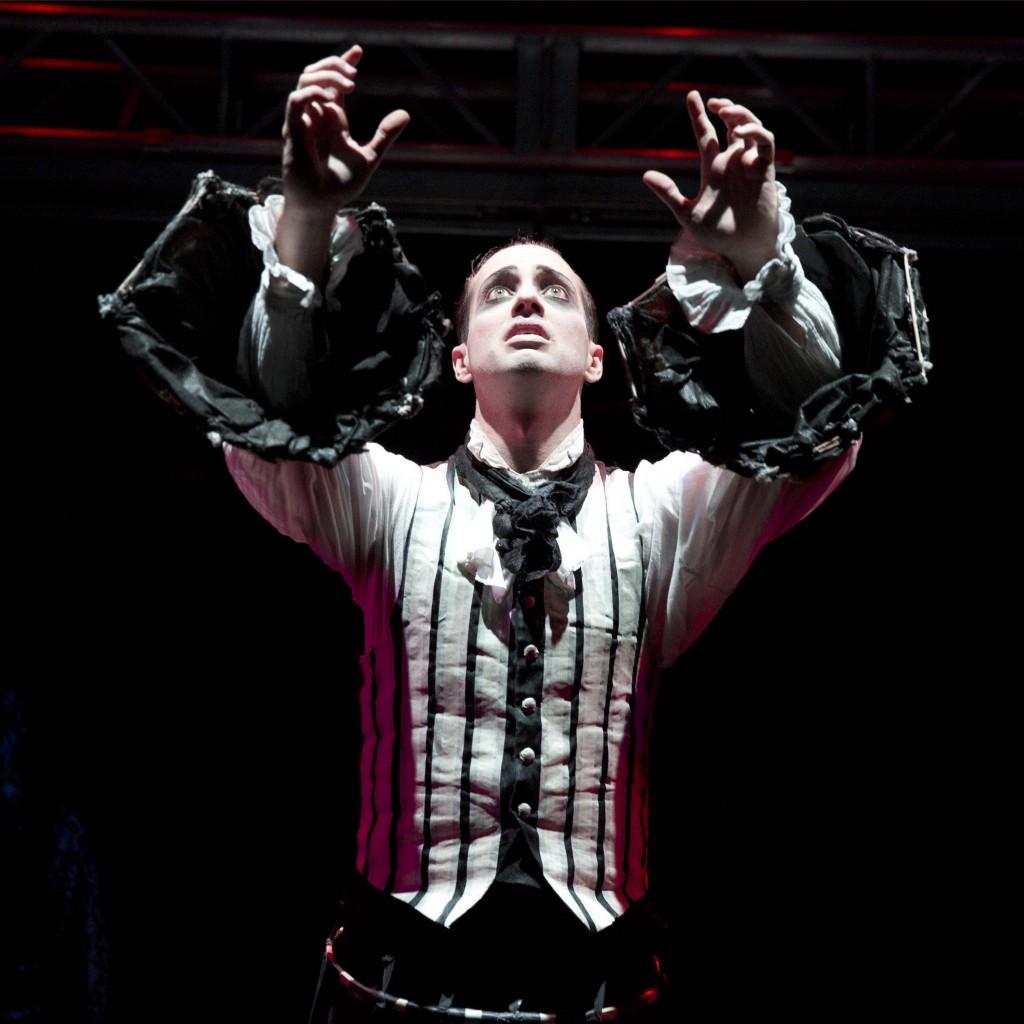 Scott Shpeley interpreta Poe nel musical americano Nevermore:  The Imaginary Life  and Mysterious Death  of Edgar Allan Poe, foto Joan Marcus