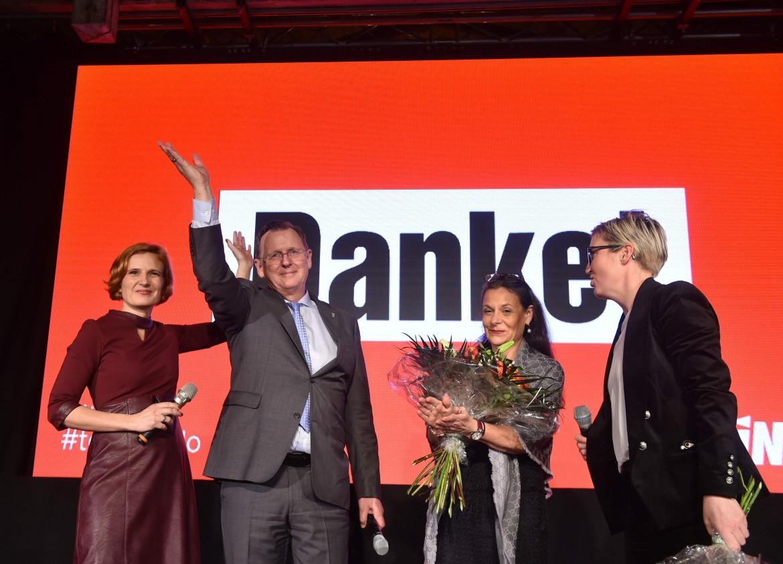 La co-leader della Linke Katja Kipping, Bodo Ramelow, la moglie Germana Alberti vom Hofe e Susanne Henning-Welsow; in basso Björn Höcke (Afd)