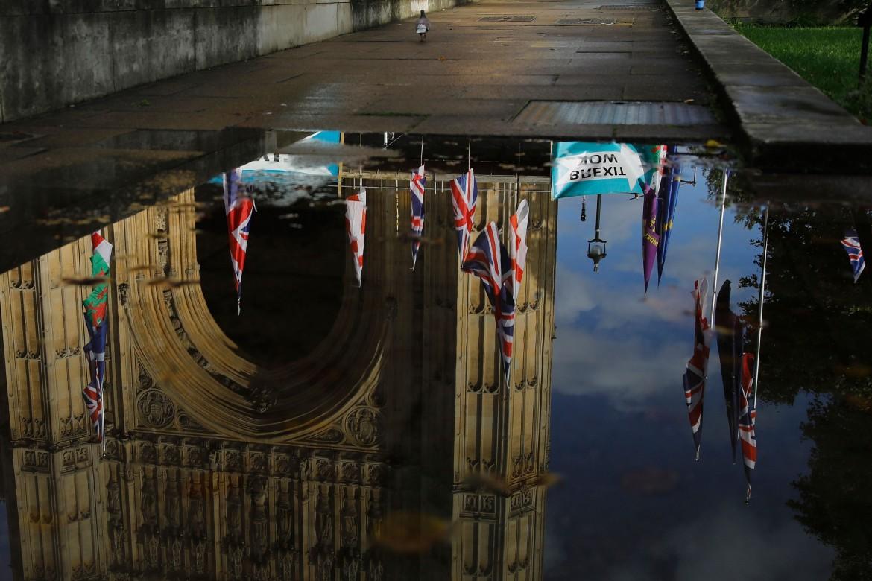 Pioggia su Westminster durante un sit-in pro-Brexit; in basso Boris Johnson