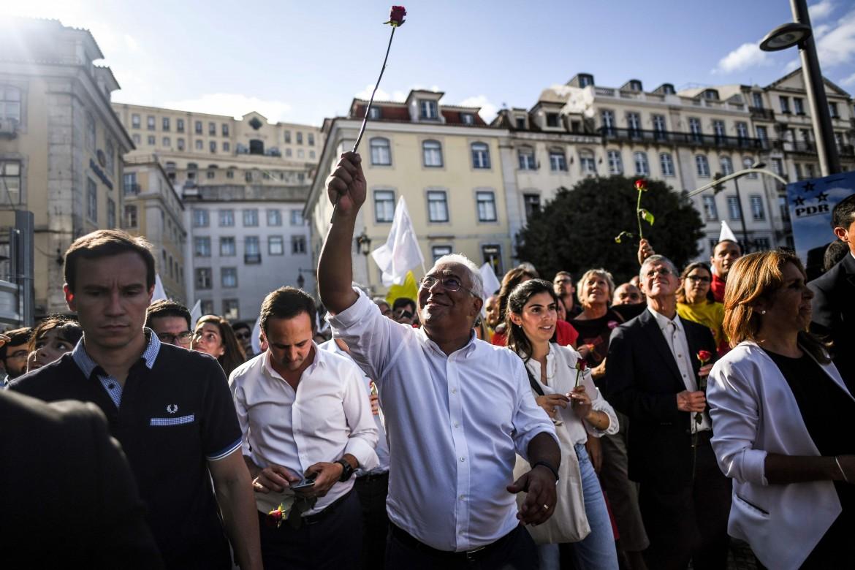 Il primo ministro portoghese António Costa in campagna elettorale a Lisbona; in basso Catarina Martins (Bloco de Esquerda) e Jerónimo de Sousa (Cdu)