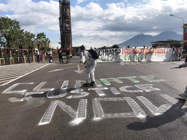 Manifestazione di protesta contro l'inquinamento petrolifero ieri a Napoli