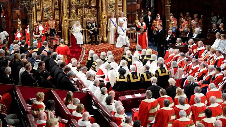 Elisabetta II sul trono prima di pronunciare il Queen's Speech all'apertura del parlamento a Londra