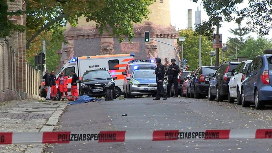 Il luogo dell'attentato davanti alla sinagoga di Halle; in basso il neonazista mentre spara