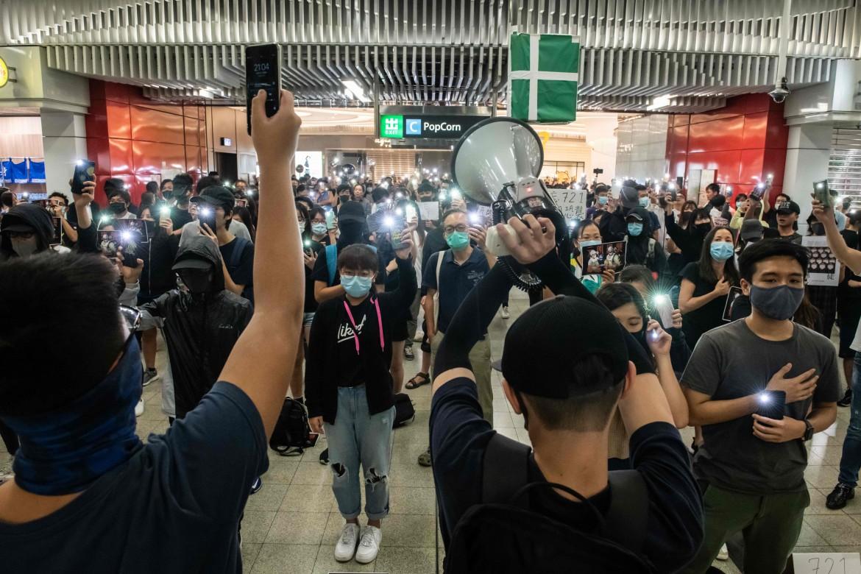 n sit dei manifestanti di Hong Kong nella stazione della metropolitana di Tseung Kwan O