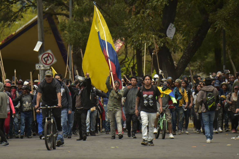 8 ottobre, i manifestanti sfidano il coprifuoco nelle strade di Quito