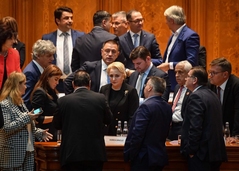 Il parlamento di Bucarest ha sfiduciato il governo