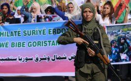 Un membro delle forze curdo siriane per la sicurezza interna precede la manifestazione contro linvasione organizzata ieri 12 ottobre nella citt di Hasakeh