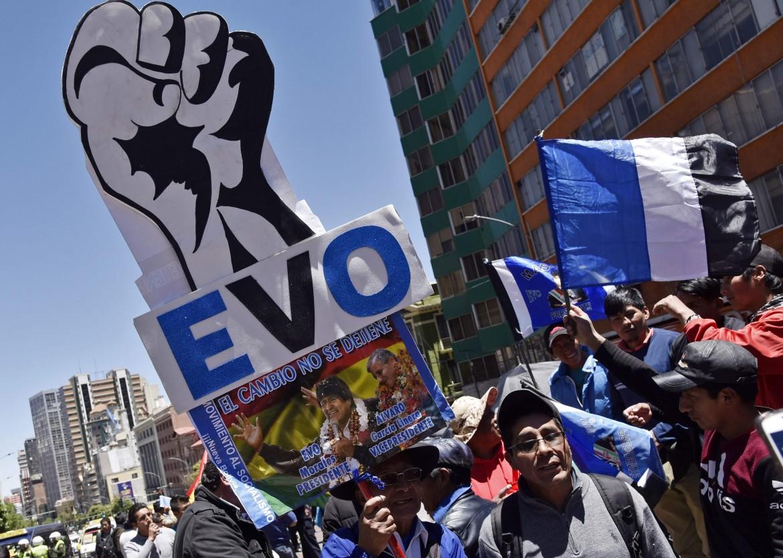 La Paz, 23 ottobre, sostenitori di Evo Morales in piazza San Francisco