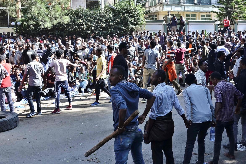 Addis Abeba, supporter di Jawar Mohammed di fronte alla sua abitazione