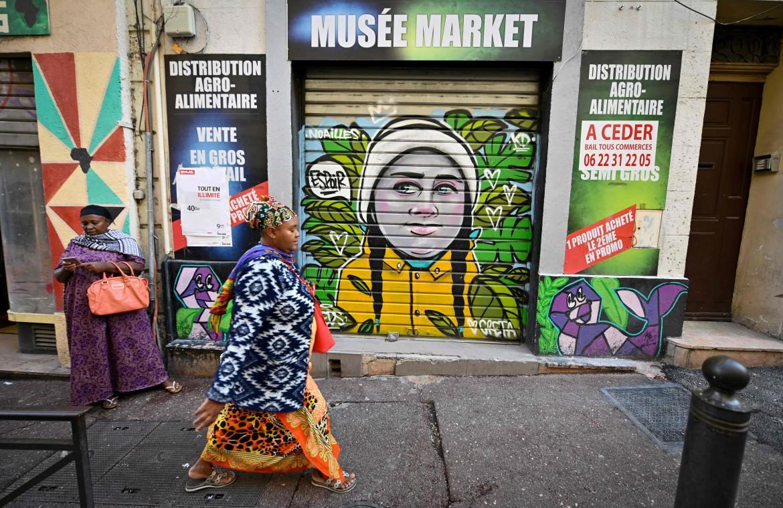 Greta Thunberg sulla saracinesca di un negozio a Marsiglia