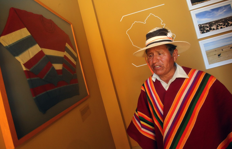 Orinoca, un visitatore del museo dedicato alla vita del presidente boliviano Evo Morales