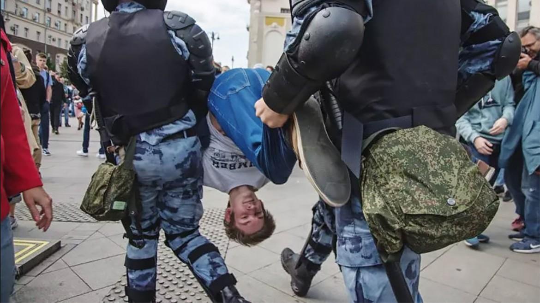 Mosca, 3 agosto, la polizia ferma un manifestante