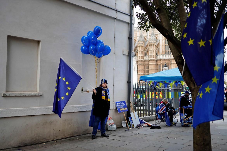 Bandiere Ue fuori dal parlamento inglese