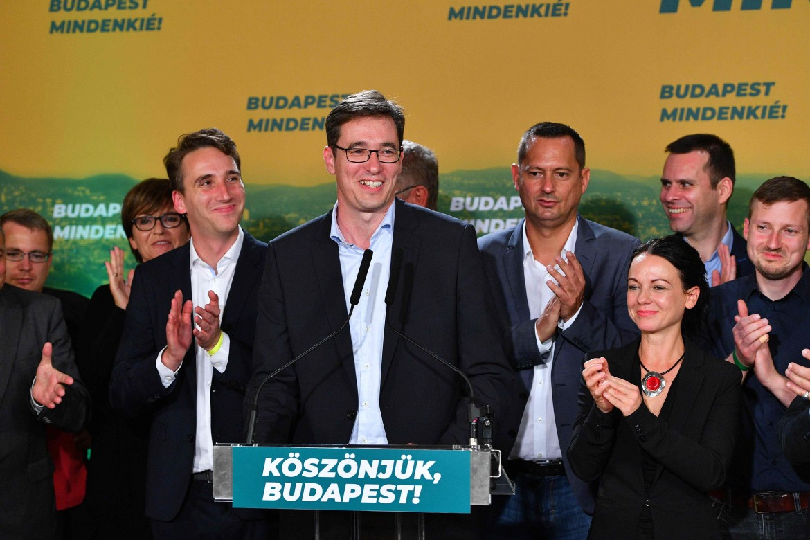 Il candidato dell'opposizione a Budapest Gergely Karacsony; in basso e Viktor Orbán