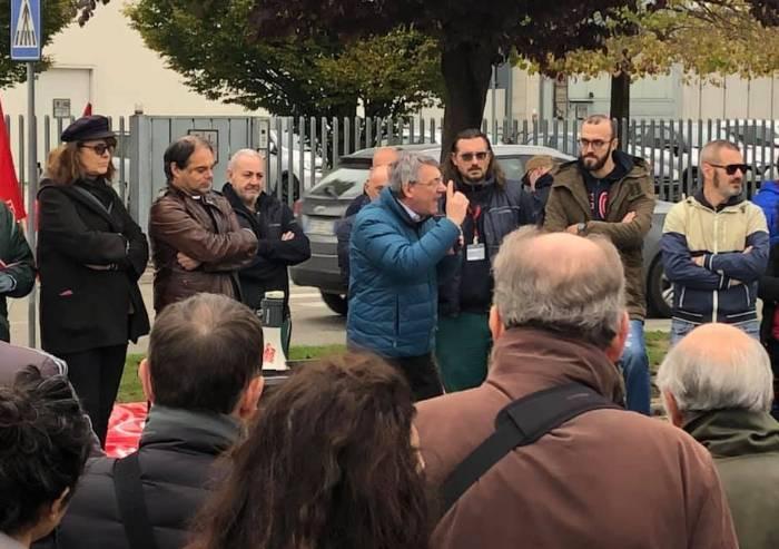 Maurizio Landini al presidio degli operai della Emmegi del leader di Confindustria Emilia Walter Caiumi