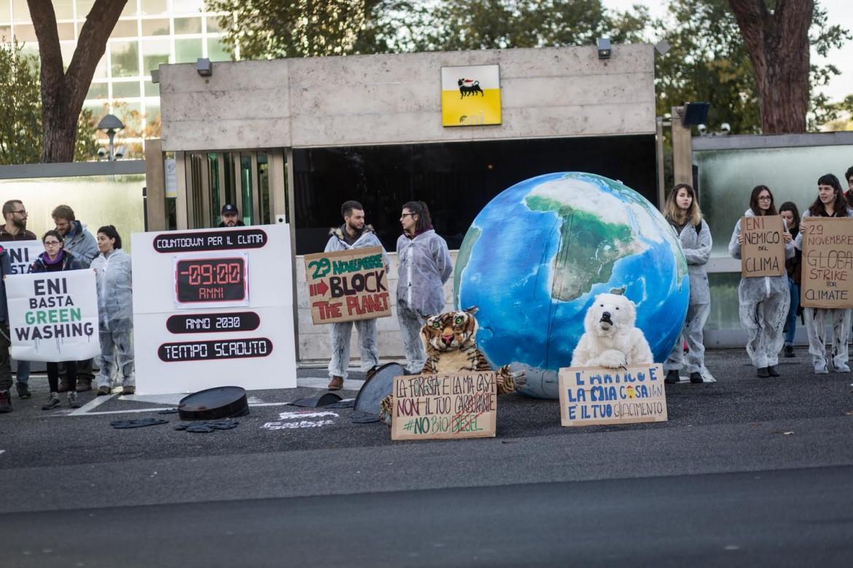 Il blocco dell'ingresso principale della sede Eni nel quartiere romano dell'Eur organizzato dai Fridays For Future e andato avanti per diverse ore
