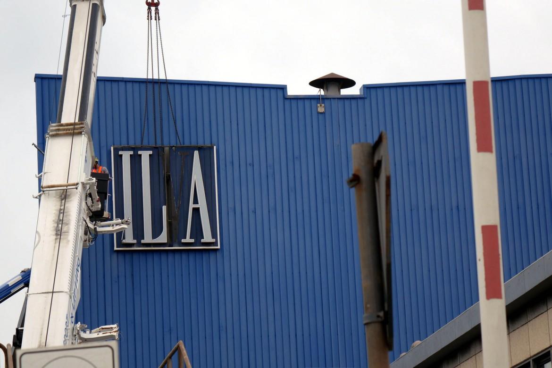 Gli operai nel giorno in cui rimossero la scritta Ilva per sostituirla con Arcelor Mittal Italia