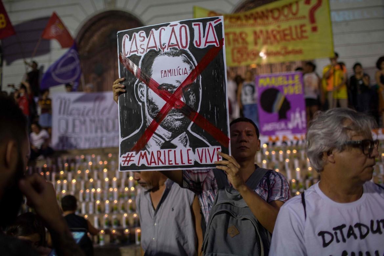 San Paolo, 1 novembre 2019. Un cartello contro Eduardo Bolsonaro, uno dei figli del presidente, in un corteo che ha segnato i 600 giorni dall'uccisione di Marielle Franco