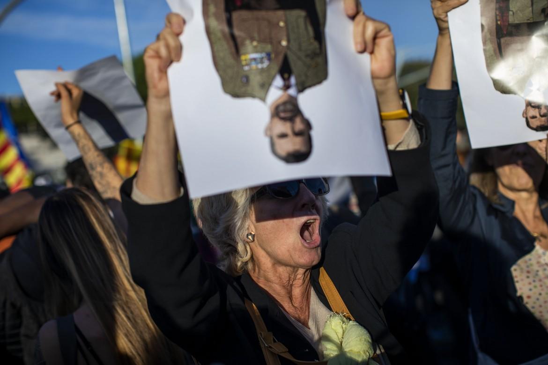 Barcellona, migliaia di manifestanti protestano contro il re Felipe VI
