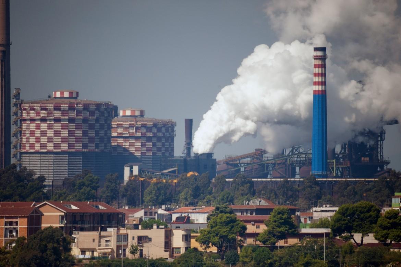 Il fumo che esce dall'ex Ilva di Taranto