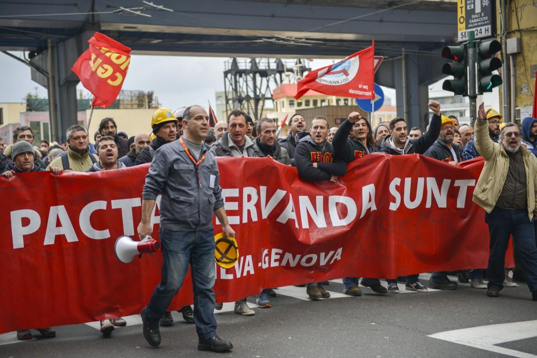 Un corteo per le strade di Genova dei lavoratori di Arcelor Mittal di Cornigliano