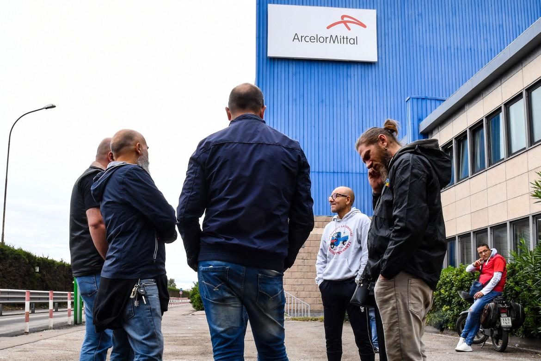 Lavoratori in presidio all'Arcelor Mittal a Taranto