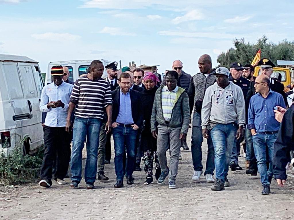 Il ministro Provenzano con il sindacalista Usb Aboubakar Soumahoro e un gruppo di braccianti del foggiano
