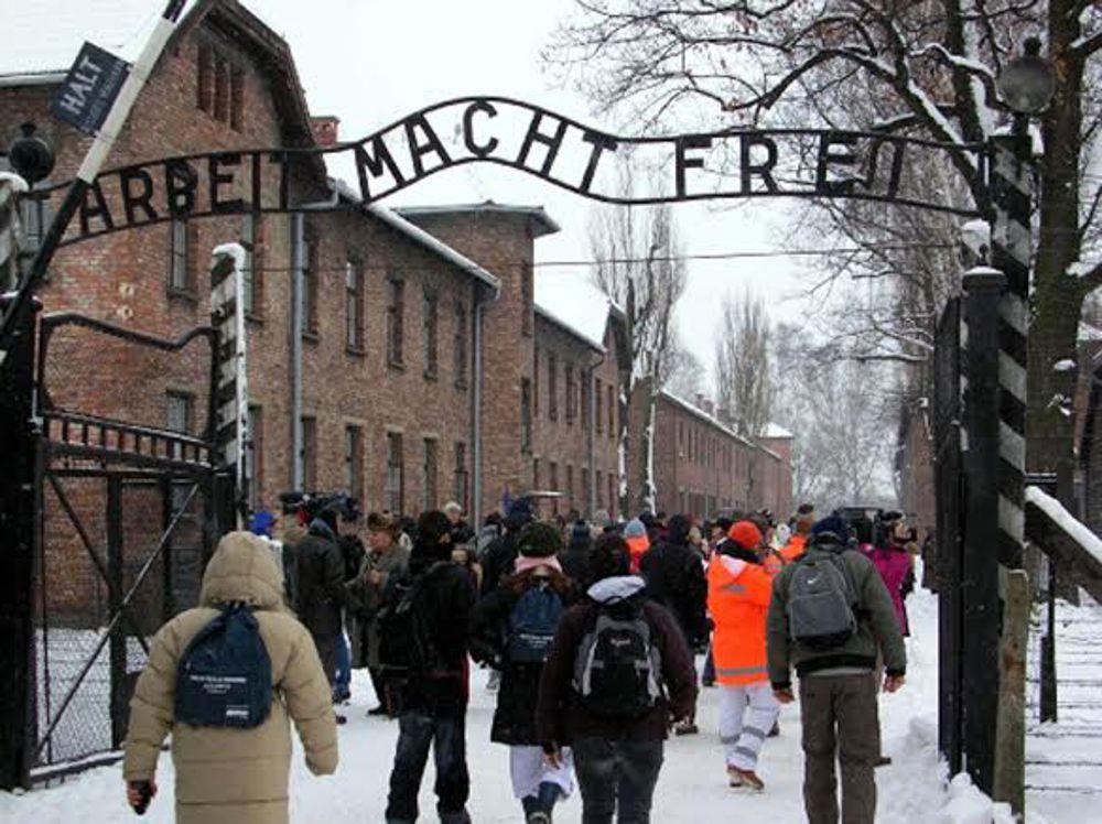 Studenti in visita all'ex lager di Auschwitz