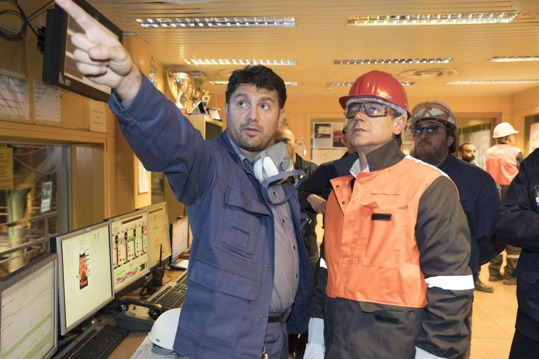 Il presidente del consiglio Giuseppe Conte durante la visita all'acciaieria di Taranto