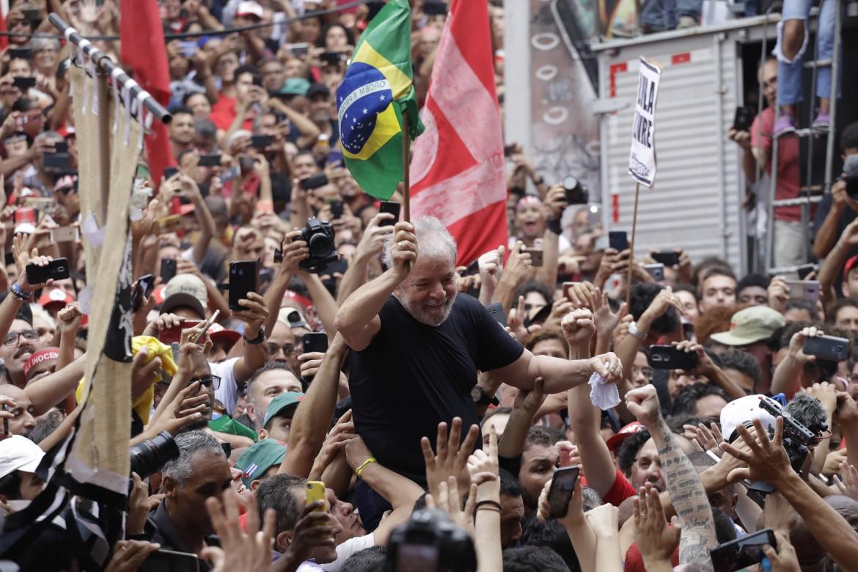 L'abbraccio della folla dopo il primo discorso da uomo libero tenuto da Lula ieri a São Bernardo do Campo
