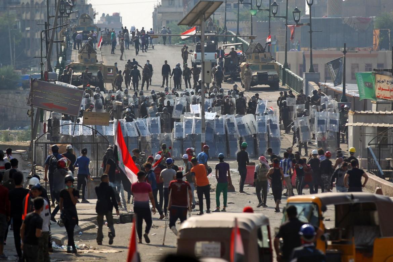 I manifestanti iracheni di fronte a cordoni della polizia a Baghdad