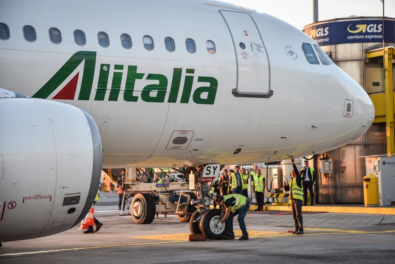 Un aereo Alitalia parcheggiato
