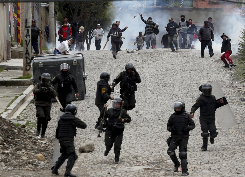Scontri tra polizia anti sommossa e militanti del Mas (Movimiento al Socialismo) nelle strade di La Paz